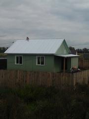 Теплый пеноблочный дом с пластиковыми окнами и металлической новой две